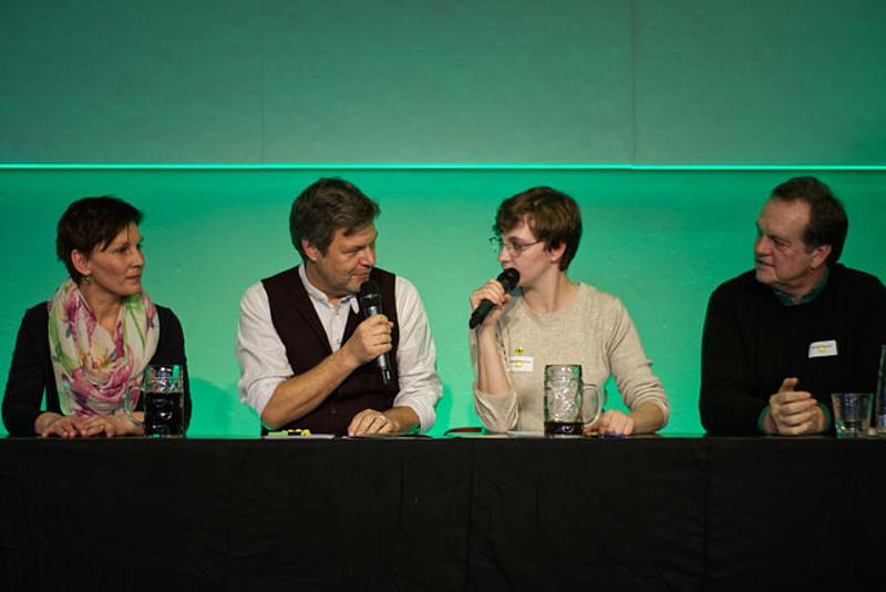 In Großaufnahme OB-Kandidatin Susanne Günther, Bundesvorsitzender Robert Habeck, Moderatorin Joana Bayraktar und Landratskandidat Robert Wäger